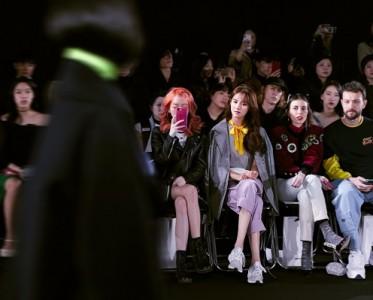 張鑫磊首爾機場街拍滿滿少女感  秀場造型更搶鏡