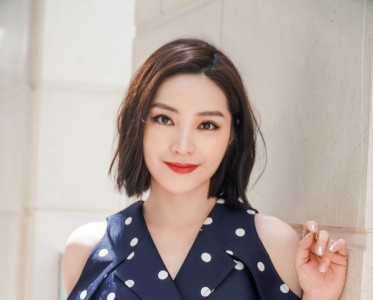 陈胤妃出席国内知名时装品牌活动,热聊夏日穿搭