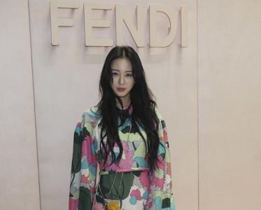 众韩星亮相米兰时装周,韩艺瑟的魅惑彩虹猫眼妆赢了?