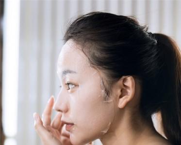 水感女孩的好肌肤£¬是香奈儿山茶花润泽微精华水给的