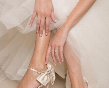 穿着最?#20301;?#30340;婚鞋 走上红毯做最闪耀?#30007;?#31119;新娘