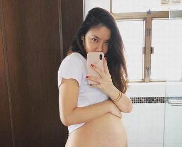 乐基儿怀孕9个多月晒大肚照 孕期也没间断练瑜伽