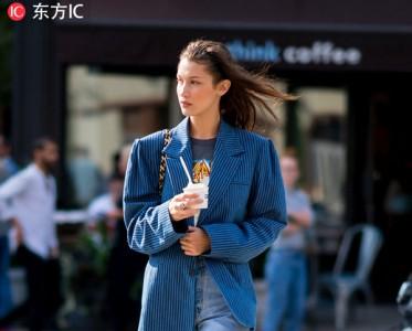 """开春最时髦LOOK 西装外套+直筒牛仔裤""""盘""""起来"""