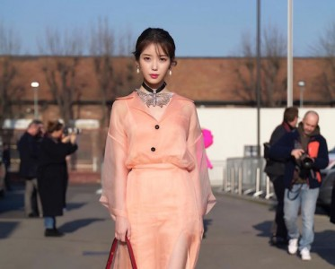 IU出发米兰时装周,今天也是粉粉的Gucci女孩