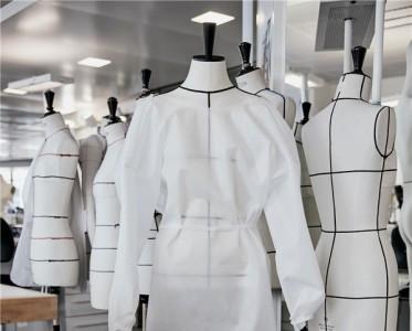 疫情见真情,这些时尚品牌用「爱心接力」!