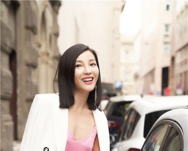 Lisa陈胤妃受邀米兰时装周 柔美简约尽显风姿