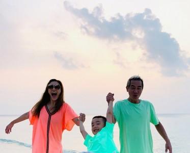 应采儿无惧晒黑 大笑享受阳光海滩