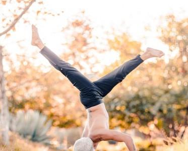 乐基儿与老公合体拍孕期写真 一起做高难度瑜伽动作