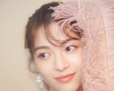 钟楚曦穿蕾丝长裙配水晶耳环 尽显少女甜美气质