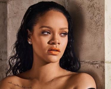 蕾哈娜变身美妆博主 轻松hold住蓝色紫色橘色口红