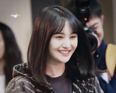 小仙女郑爽出山 简单黑直发甜甜的笑容看起来更阳光了