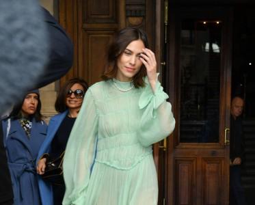 一条长袖连衣裙帮你完美度过换季尴尬!