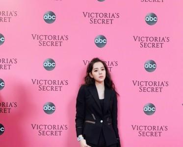 看维密秀也穿帆布鞋 欧阳娜娜究竟多喜欢它?