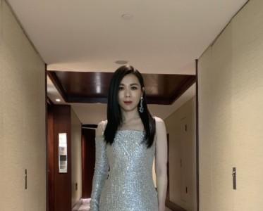蔡健雅身穿ST.JOHN禮服長裙優雅出席音樂盛典