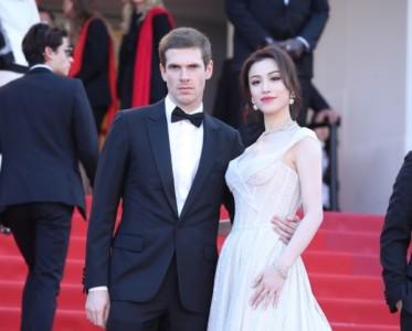 演員葛天受邀出席戛納電影節 一襲白裙奪目璀璨