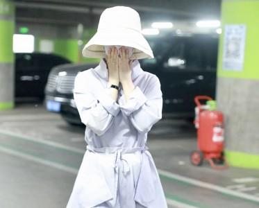 赵丽颖产后现身 连衣裙搭配帆布鞋美回18岁