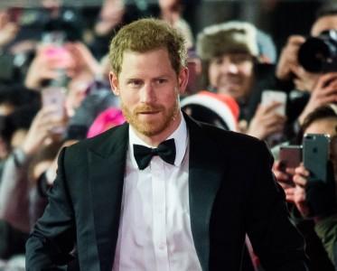 王室风云:穿燕尾服的哈里王子 帅了11年!