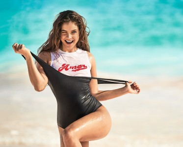 无沙滩不夏天,学超模换上泳装与阳光玩耍
