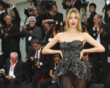 第76届威尼斯电影节红毯,超模首秀风情万种