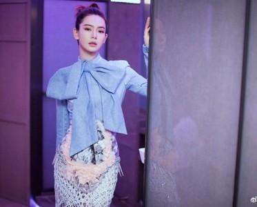 时尚教主戚薇蝴蝶结领口造型上线,内泪痣妆容十分超潮酷!