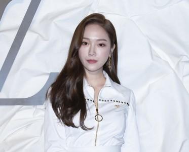 郑秀妍白色衬衫短裙飒气利落,脸蛋天才生图十分能打