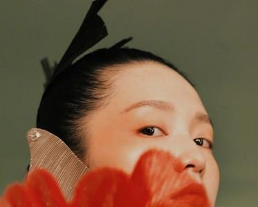 李沁挑战复古油画大片,大面积色块的枫叶色妆容格外耀眼