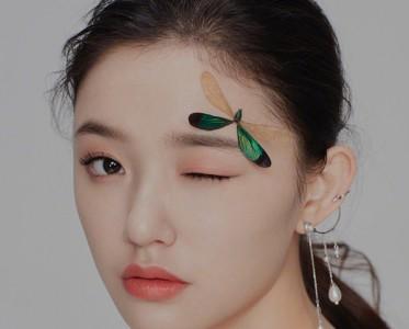 林允《昕薇》开年刊惊现蜻蜓妆!难道下一个流行妆容就是它?