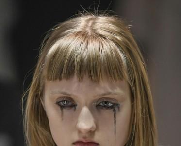 黑眼泪、玛丽皇后发髻亮了,盘盘米兰时装周的浮夸妆