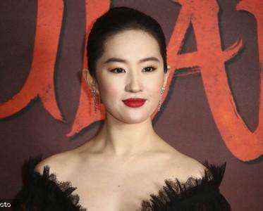 """《花木兰》英国首映礼 刘亦菲变""""黑天鹅""""神秘优雅美出天际"""