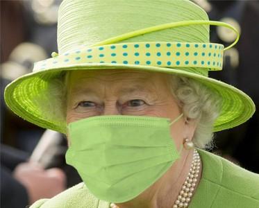 王室风云:英女王戴上顺色口罩,可可爱爱!