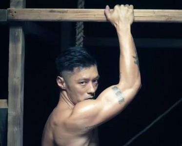 余文乐脱了衣服玩诱惑,肌肉简直Man爆了