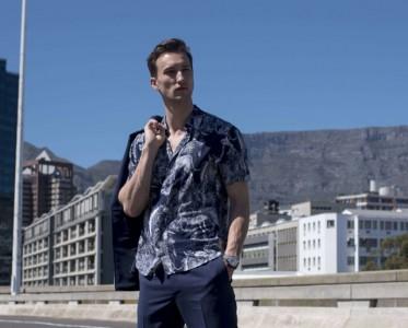 解开衬衫领口上的一粒扣  是男人最性感的样子