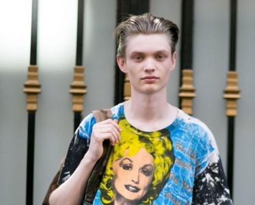 带图案的T恤更有范儿 街拍潮人搭配出各种风格