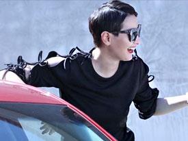 雌雄同体! 李媛墨镜演绎最时尚女司机