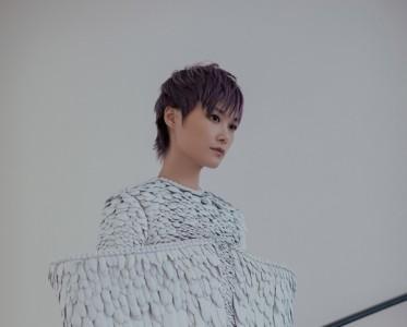 李宇春未来感造型搭配紫色短发 一身炫酷