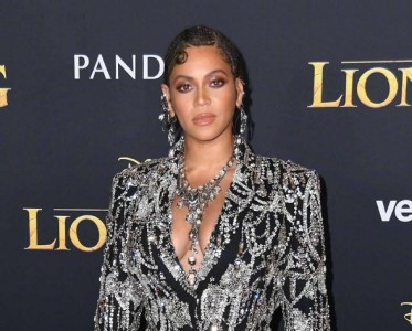 碧昂丝亮相《狮子王》首映礼 暗黑系妆容彰显女王范
