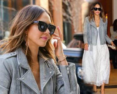杰西卡-阿尔芭仿旧皮衣外套加身 白色长裙+银色尖头高跟清新十足
