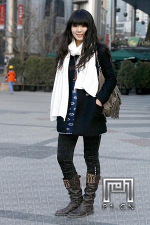 白色围巾搭配黑色外套