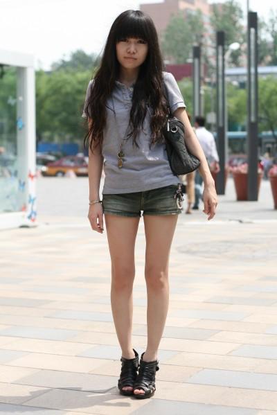 美女不怕热 40度天秀大腿