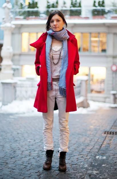 红色大衣搭配蓝色格子围巾