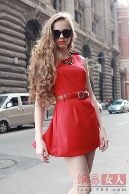 大红色无袖连衣裙