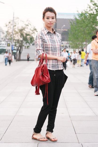 北京西单 绿叶衬红花 绿树衬美女_街拍_YOKA