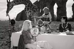 古驰欣然推出由摄影师Glen Luchford掌镜的2017春夏系列广告形象大片。继早春系列向英伦文化致敬后,古驰将春夏系列场景回归意大利
