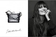 卡尔·拉格斐在洋溢着浓郁巴黎式风格的房间内,为香奈儿Gabrielle手袋拍摄平面广告大片。镜头中,Caroline de Maigret