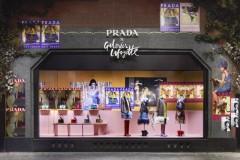 _橱窗Prada于7月31日至8月20日在巴黎著名百货公司老佛爷百货(Galeries Lafayette)推出独家橱窗陈列与两家限时店,
