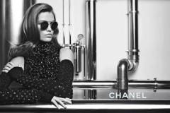 点击边框调出视频工具条卡尔·拉格斐邀请模特Luna Bijl演绎2017/18秋冬眼镜系列广告大片。视频音乐:« The Ride » P