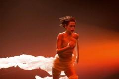 卡洛琳·德·麦格雷在全新香奈儿嘉柏丽尔香水影片拍摄现场独家专访克里斯汀·斯图尔特。点击边框调出视频工具条克里斯汀·斯图尔特在拍摄现场。影片