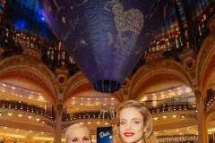 今年,暨Dior迪奥成立七十周年之际,品牌在巴黎老佛爷百货(Galeries Lafayette)举办盛大庆典活动。女装创意总监玛丽亚·嘉