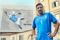 上周一副布冯身穿国家队球衣的巨大壁画在都灵城内揭开面纱这是PUMA为意大利国家队准备的全新2018主场球衣为了致敬这位服务国家队近20年很