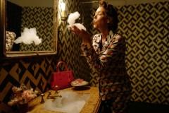 _项目简介由导演Autumn de Wilde执导的Prada《邮差的礼物》系列短片分为4个故事,每个短片故事的超现实主义场景里,Prad